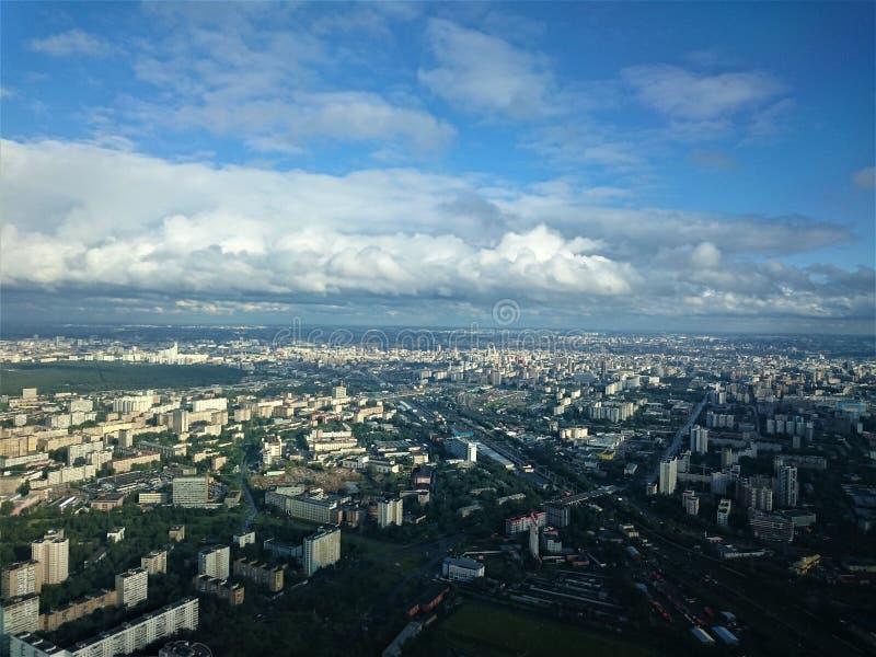 城市日克里姆林宫室外的莫斯科 从奥斯坦金诺电视塔的看法在秋天 免版税库存图片