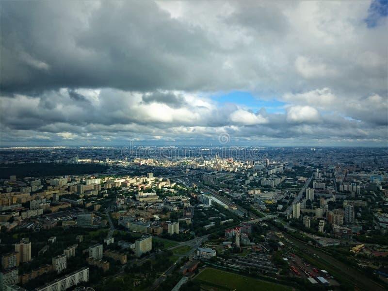 城市日克里姆林宫室外的莫斯科 从奥斯坦金诺电视塔的看法在秋天 图库摄影