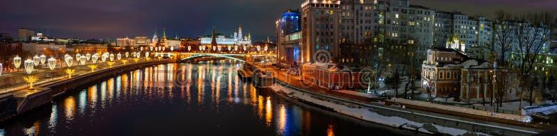 城市莫斯科 克里姆林宫的看法从族长的桥梁的 教会尼古拉斯st 免版税图库摄影