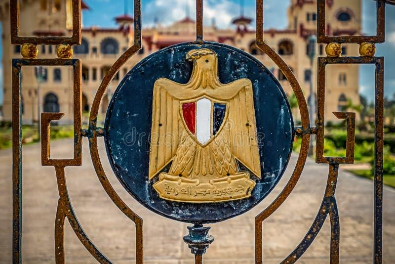 埃及的状态的象征有题字的在阿拉伯语言'阿拉伯共和国埃及' 免版税图库摄影