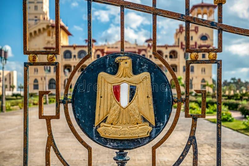 埃及的状态的象征有题字的在阿拉伯语言'阿拉伯共和国埃及' 免版税库存照片