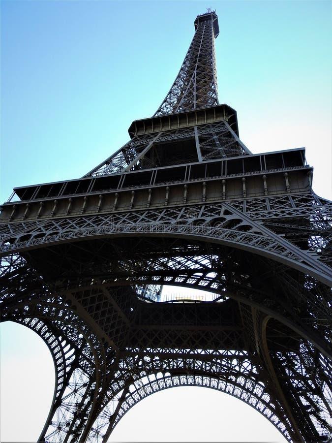 埃菲尔铁塔的壮观的宽射击与清楚的天空蔚蓝,巴黎,法国的 库存图片
