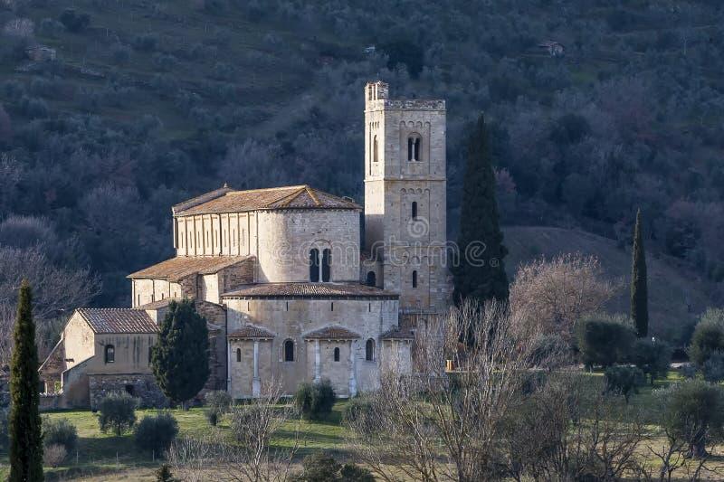 圣安蒂莫美丽的修道院由Sienese乡下,蒙达奇诺,托斯卡纳,意大利围拢了 免版税图库摄影