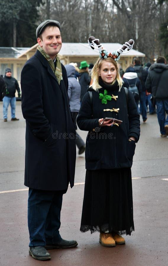 圣帕特里克` s天庆祝在莫斯科 一名男人和妇女狂欢节服装的 库存图片
