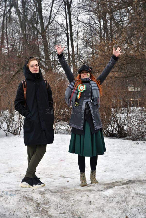 圣帕特里克` s天庆祝在莫斯科 一名男人和妇女狂欢节服装的 免版税图库摄影