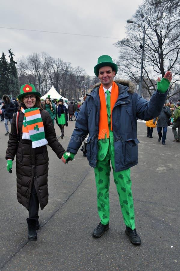 圣帕特里克` s天庆祝在莫斯科 一名男人和妇女狂欢节服装的 免版税库存图片