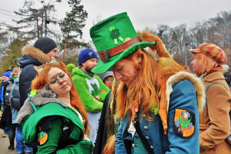 圣帕特里克` s天庆祝在莫斯科 一名男人和妇女狂欢节服装的 免版税库存照片