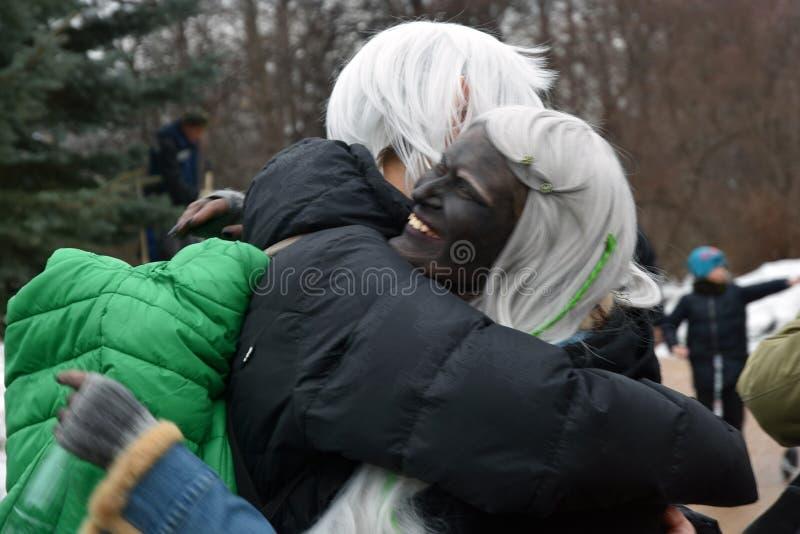 圣帕特里克` s天庆祝在莫斯科 人们拥抱 免版税库存图片