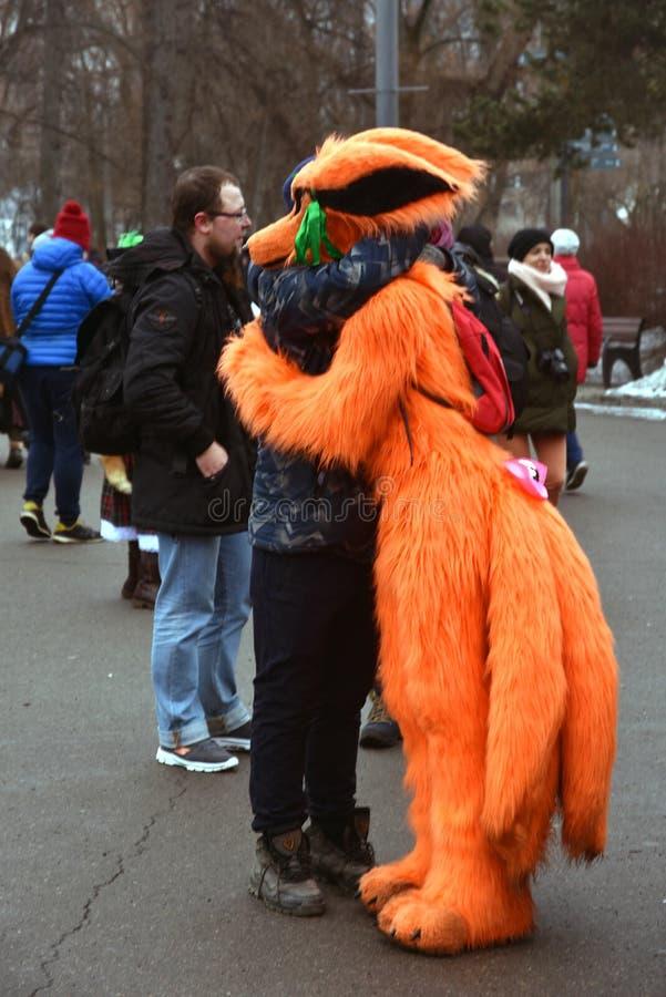 圣帕特里克` s天庆祝在莫斯科 人们拥抱 图库摄影
