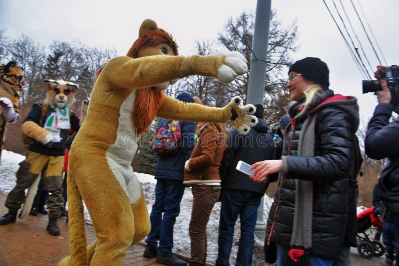 圣帕特里克` s天庆祝在莫斯科 假日服装的人 免版税图库摄影