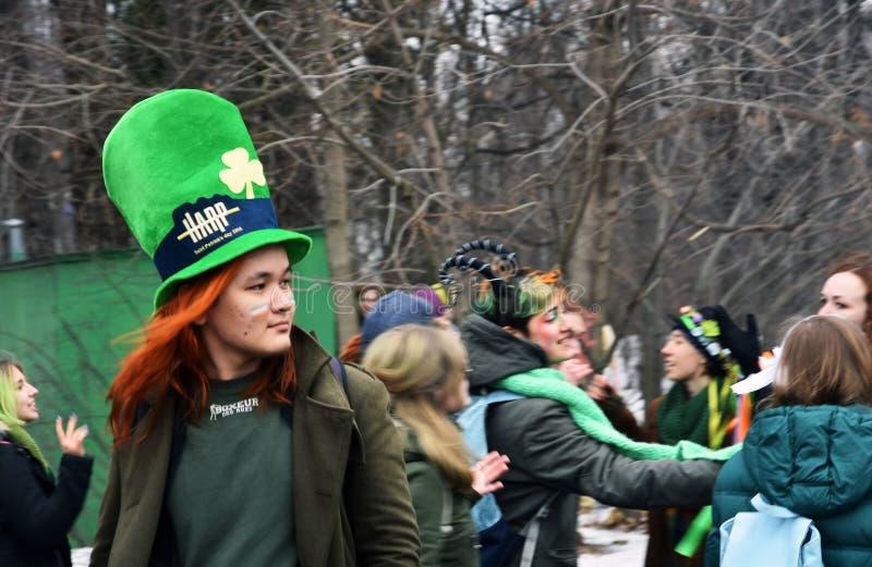 圣帕特里克` s天庆祝在莫斯科 狂欢节服装的一个人 库存图片