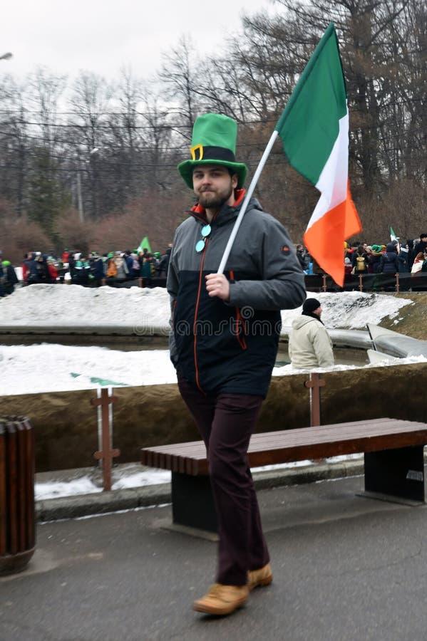 圣帕特里克` s天庆祝在莫斯科 狂欢节服装的一个人 免版税图库摄影