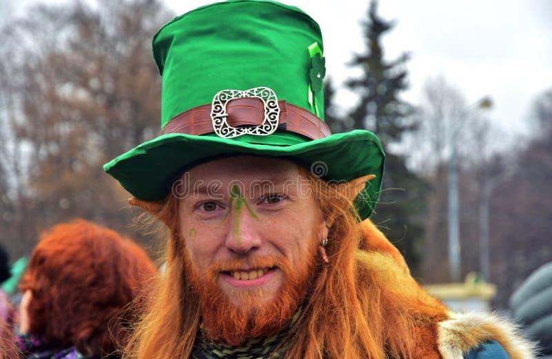 圣帕特里克` s天庆祝在莫斯科 狂欢节服装的一个人 图库摄影