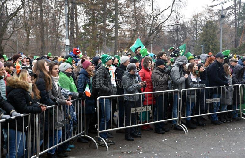 圣帕特里克` s天庆祝在莫斯科 狂欢节服装的一个人 免版税库存照片