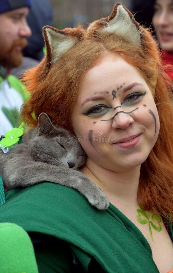 圣帕特里克` s天庆祝在莫斯科 狂欢节服装的一名妇女 库存图片