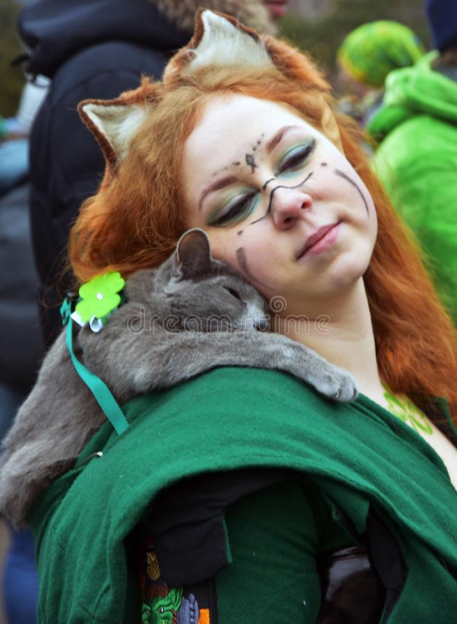 圣帕特里克` s天庆祝在莫斯科 狂欢节服装的一名妇女 库存照片