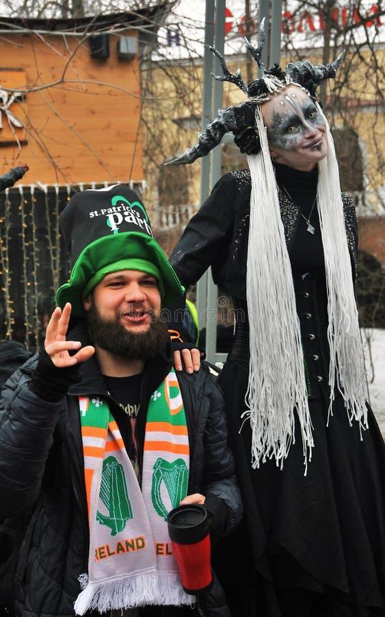 圣帕特里克` s天庆祝在莫斯科 狂欢节服装的一名妇女 免版税图库摄影