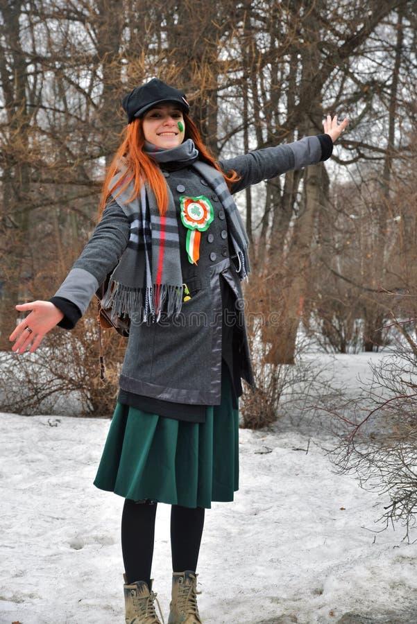 圣帕特里克` s天庆祝在莫斯科 狂欢节服装的一名妇女 免版税库存照片