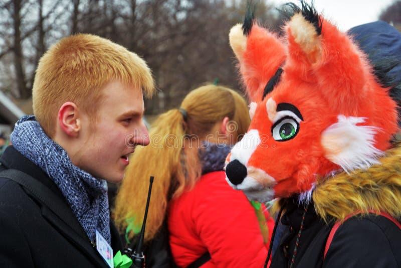 圣帕特里克` s天庆祝在莫斯科 狂欢节服装的人 免版税库存照片