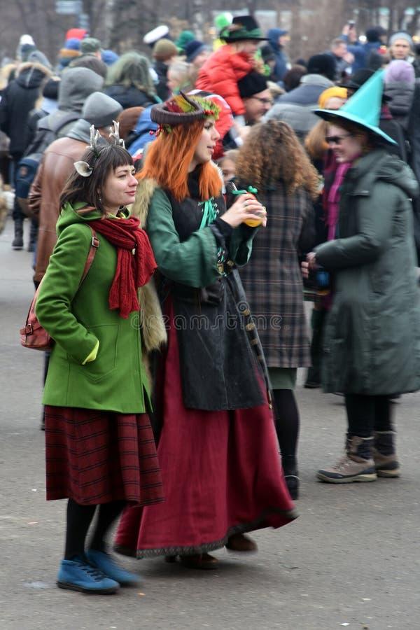 圣帕特里克` s天庆祝在莫斯科 狂欢节服装的妇女 图库摄影