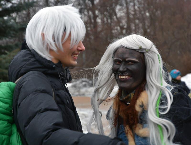 圣帕特里克` s天庆祝在莫斯科 狂欢节服装的愉快的人 免版税库存图片