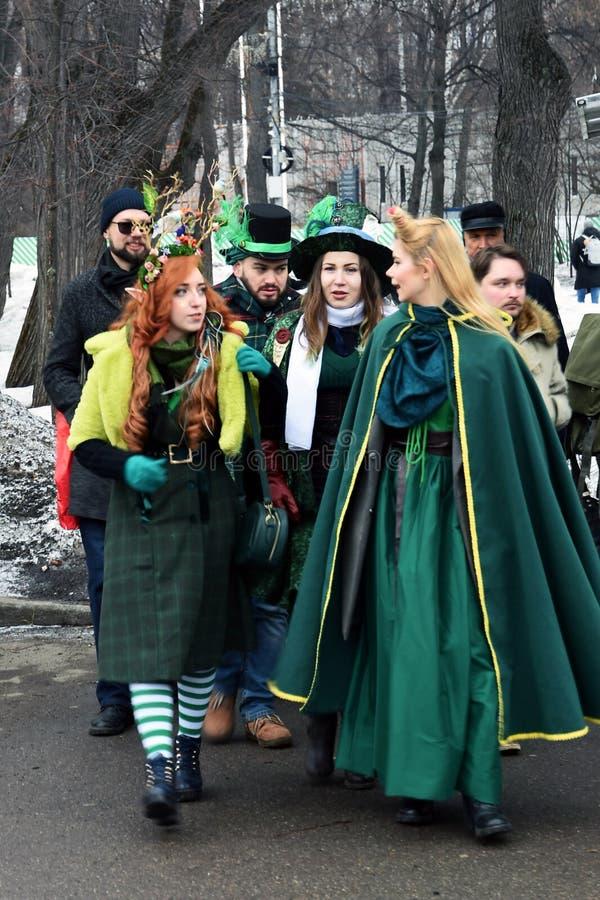 圣帕特里克` s天庆祝在莫斯科 男人和妇女狂欢节服装的 免版税库存照片