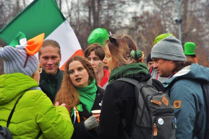 圣帕特里克` s天庆祝在莫斯科 男人和妇女狂欢节服装的 库存图片