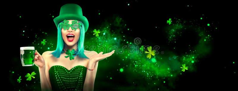圣帕特里克` s日 有品脱的妖精式样女孩在深绿背景的绿色啤酒,装饰用三叶草叶子 库存图片