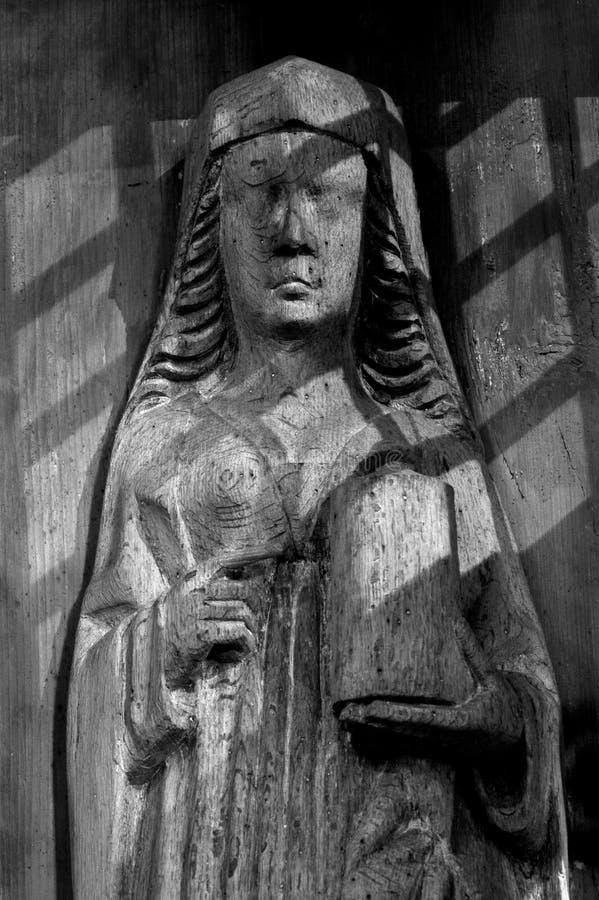 圣母玛丽亚的老雕象 库存照片