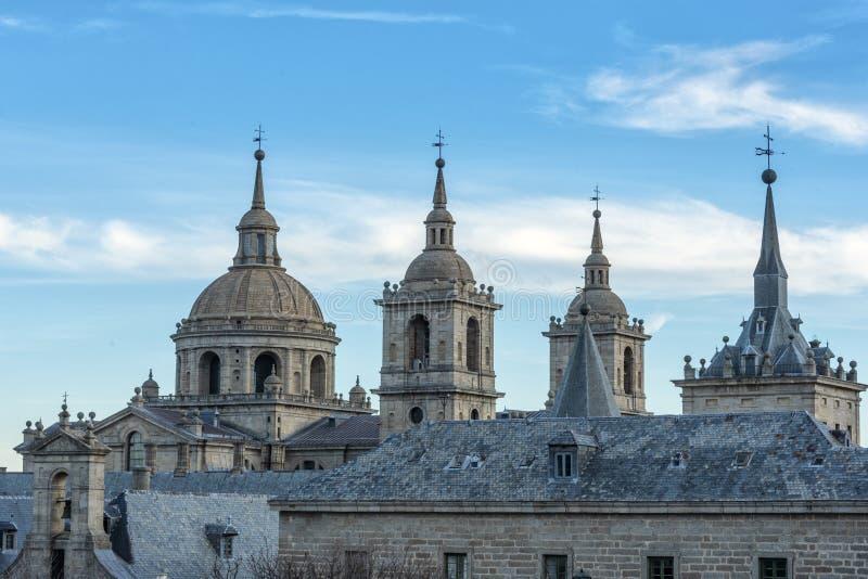 圣洛伦佐del埃斯科里亚尔古老建筑修道院的城市和圆顶 马德里西班牙 免版税库存图片