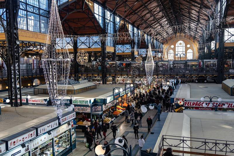 圣诞节购物在巨大市场霍尔,布达佩斯,匈牙利上 图库摄影