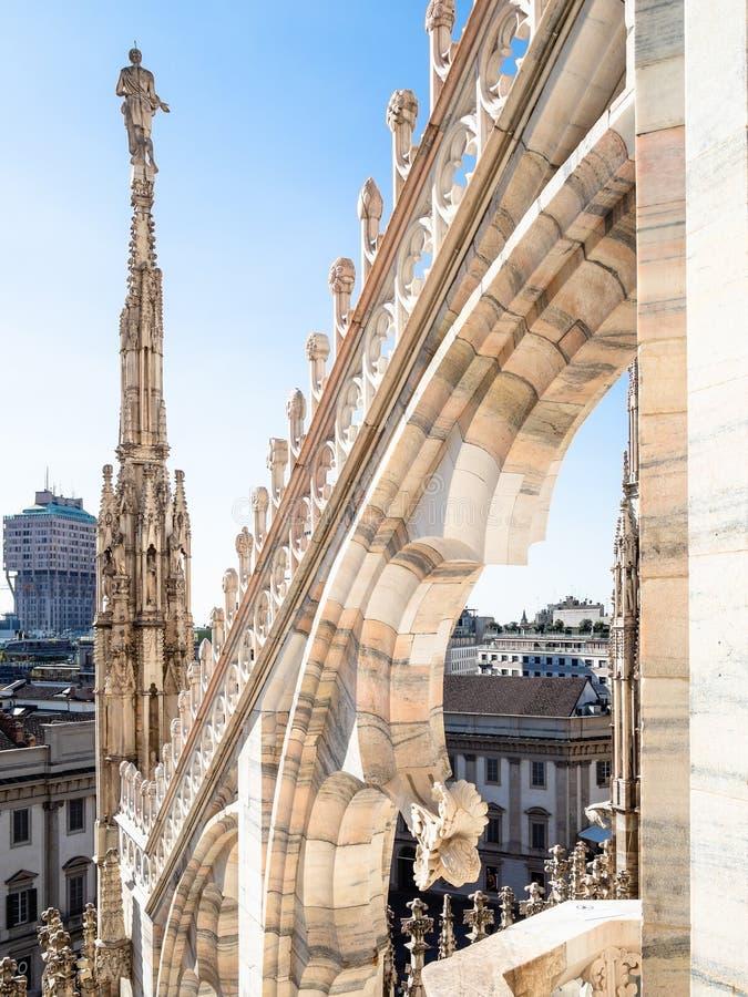 在中央寺院二在城市的米兰屋顶尖顶的雕象  库存图片