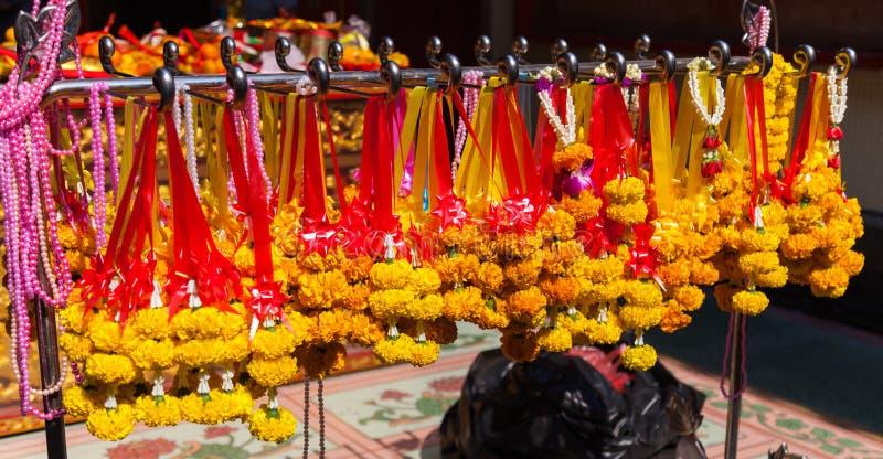 在中国佛教寺庙,传统大乘佛教献身实践物质奉献物的垂悬的花诗歌选为 库存照片