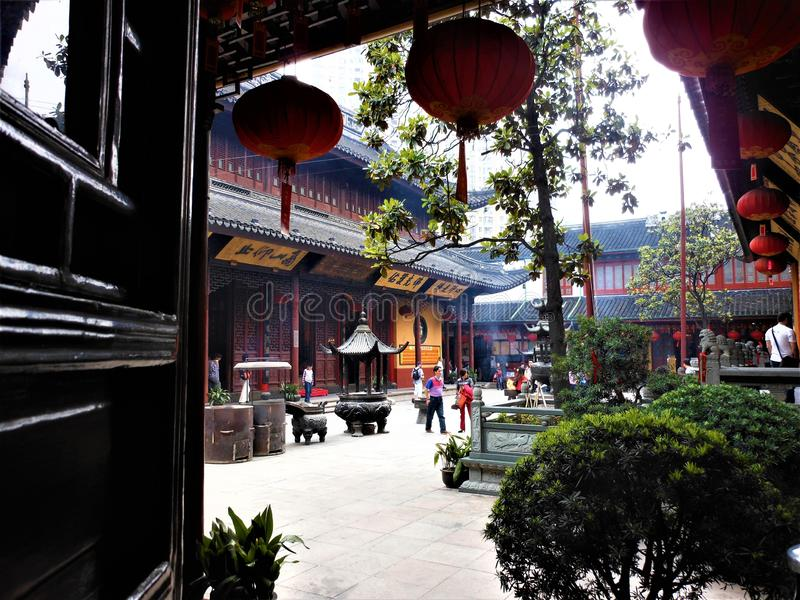 在中国寺庙、垂悬的红色灯笼和宗教里面 免版税图库摄影