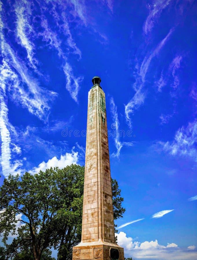 在与强烈的天空蔚蓝背景的夏天期间普雷斯克艾尔纪念碑 库存图片