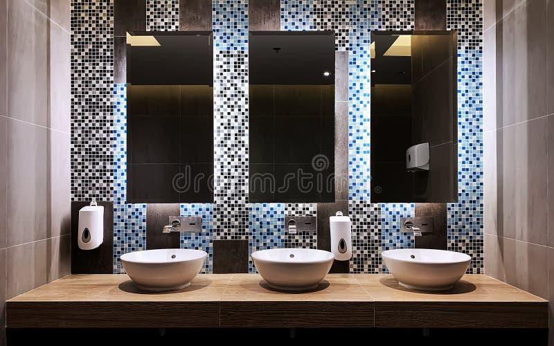 在与镜子玻璃的手洗涤酒吧前面 免版税库存照片