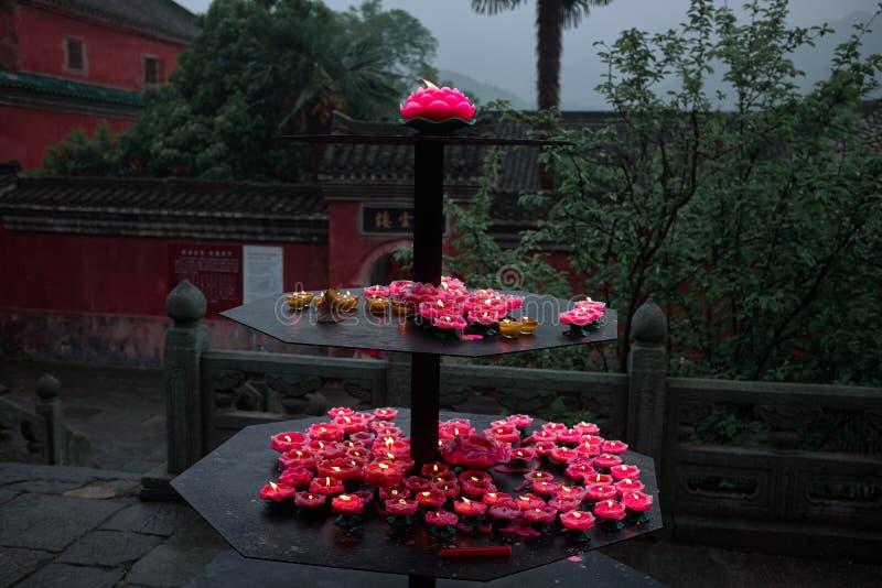 在一个佛教道士wushu寺庙中国的莲花蜡烛 免版税库存照片