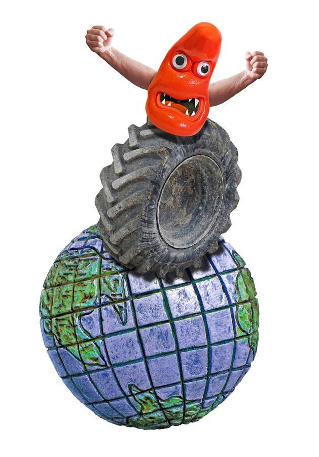 在一个巨型橡胶卡车轮胎上面的兜风的一滴妖怪 免版税库存照片