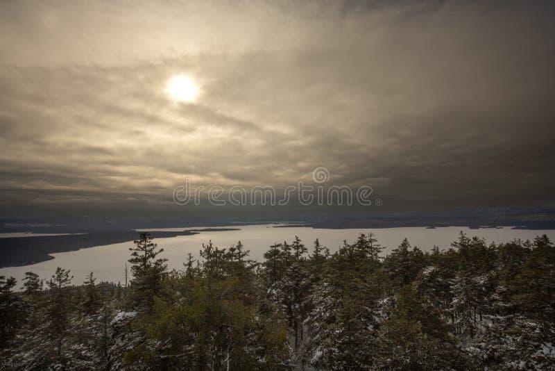 在一个冻Mooselookmeguntic湖的日落在Rangeley,缅因 库存照片
