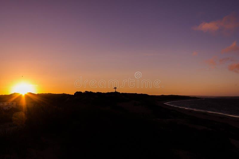 在一个海滩的自然日落日出与在太阳,澳大利亚西部的鸟 免版税图库摄影