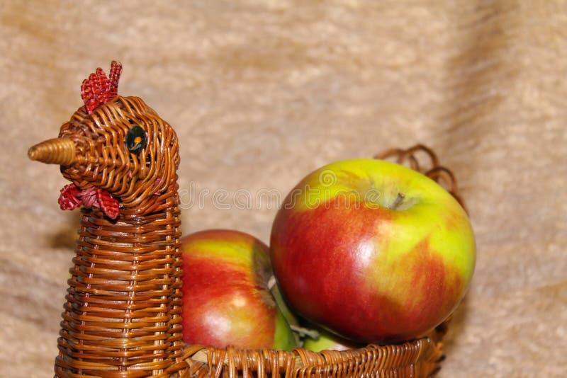 在一个柳条筐的新鲜的绿色苹果 仍然美好的寿命 免版税库存图片