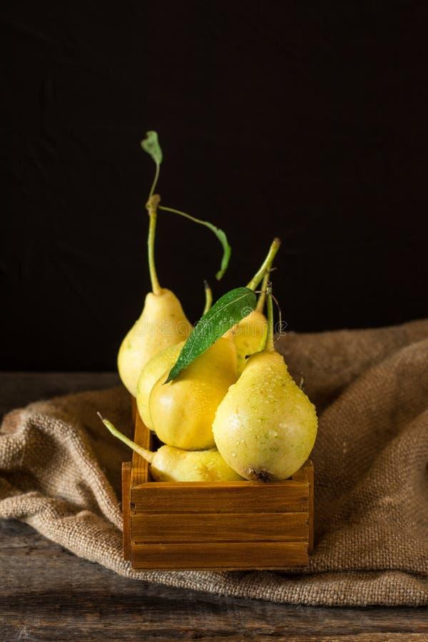 在一个木箱的成熟梨在桌上 在土气木桌,自然本底, vega,饮食食物上的新鲜的成熟有机梨 免版税库存照片