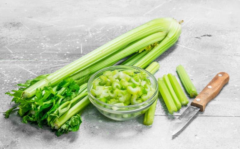 在一个碗的切的芹菜有刀子的 库存图片