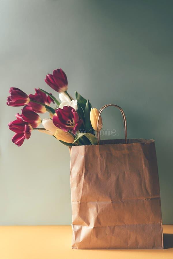 在一个纸袋的郁金香 免版税库存图片