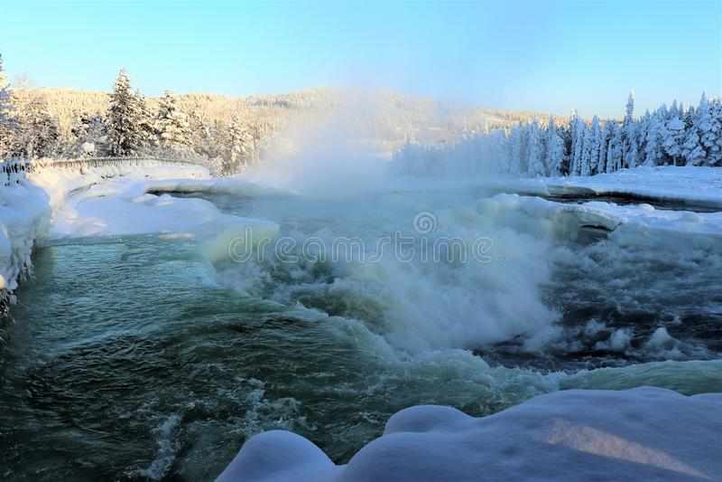 在一个美妙的冬天风景的Storforsen 图库摄影