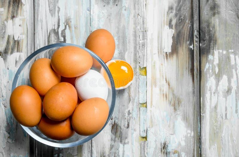 在一个玻璃碗的鸡蛋 图库摄影