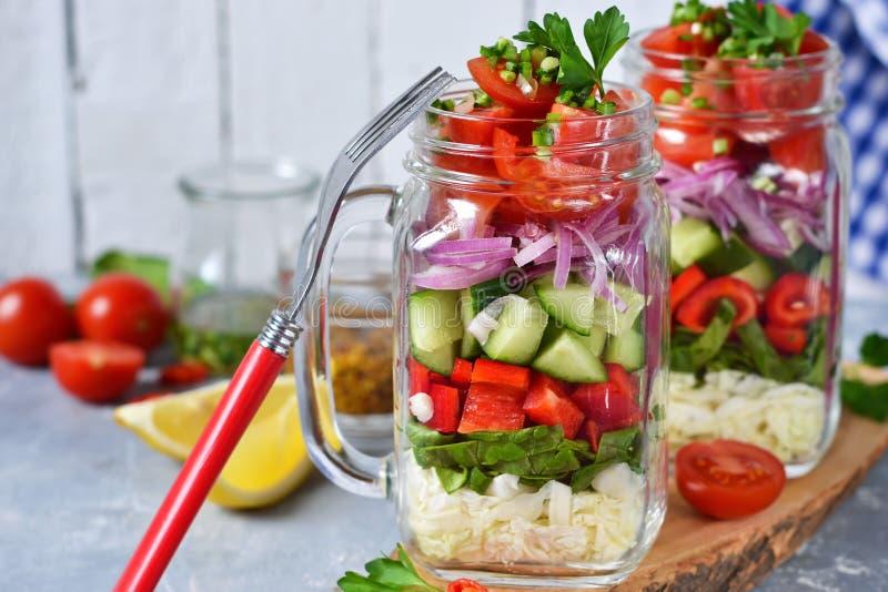 在一个玻璃瓶子的菜沙拉用调味汁 库存图片