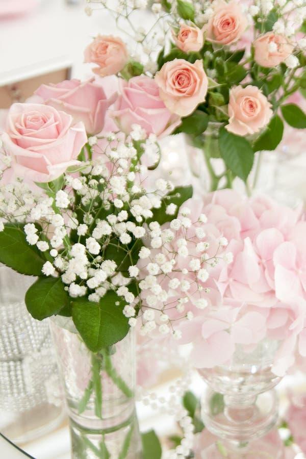 在一个玻璃花瓶的花束在欢乐桌上在餐馆 图库摄影
