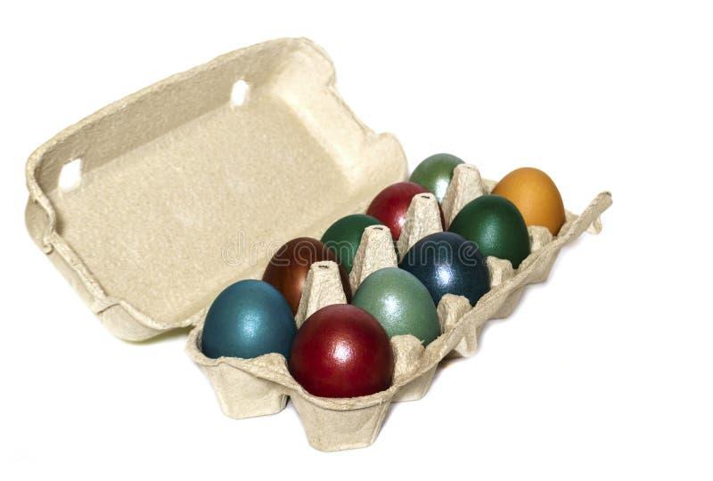 在一个盘子的多彩多姿的鸡蛋在白色背景 免版税库存图片