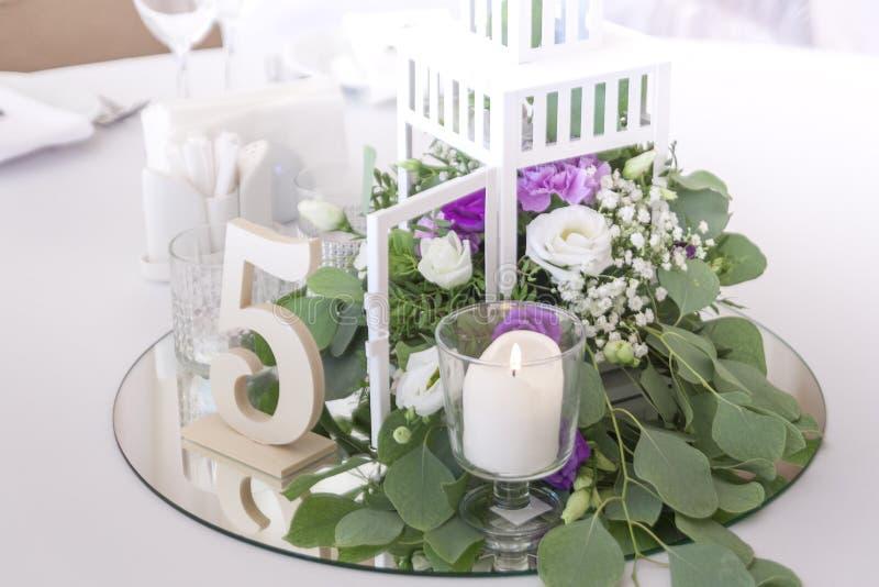 在一个装饰笼子立场的美丽的花在镜子在婚礼那天 免版税库存图片